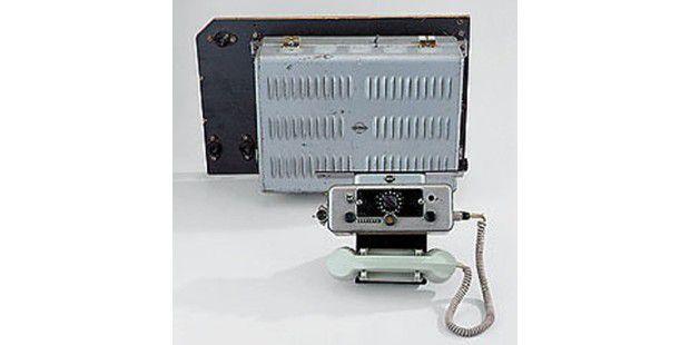 Die ersten Autotelefone wogen 16 Kilogramm.
