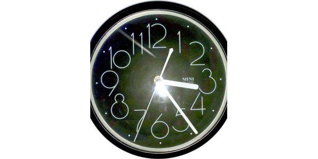 Leicht verzerrt: Die Uhr im Scan des HP Topshot LaserjetPro M275.