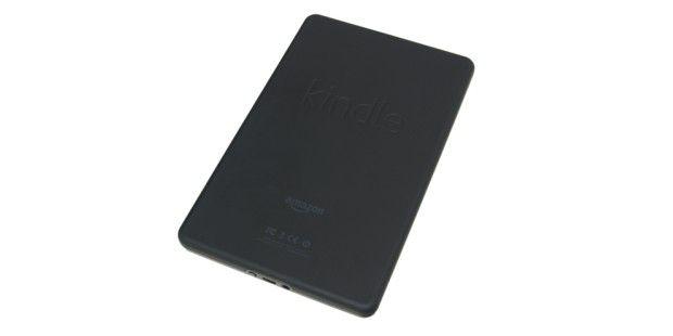 Die Rückseite des Gehäuses ist gummiert: Der Amazon KindleFire liegt dadurch angenehm in der Hand