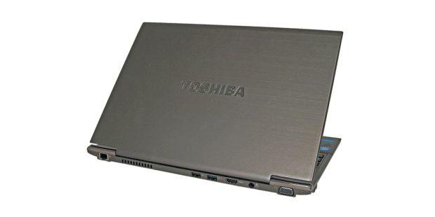 Die meisten Anschlüsse liegen beim Satellite Z830 auf derRückseite: LAN, zweimal USB 2.0, HDMI, Strom und VGA (vonlinks)
