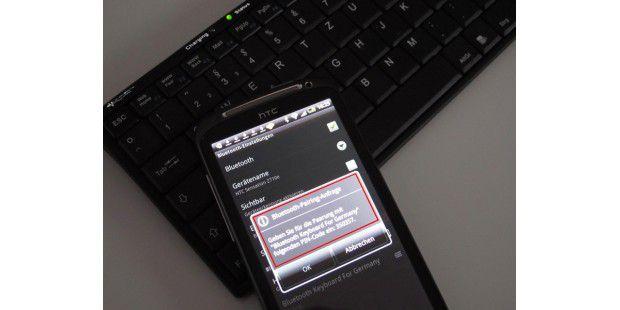 Bei der Bluetooth-Tastatur muss der Pairing-Modus aktivsein, damit sie vom Smartphone gefunden werden kann.