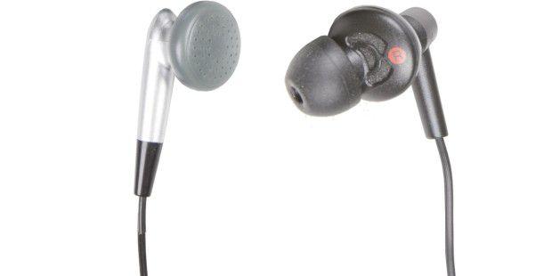 Die meisten MP3-Spieler werden mit Ohrmuschel-Hörern(links) ausgeliefert, die Modelle von Philips und Sony mitOhrkanal-Hörern (rechts).