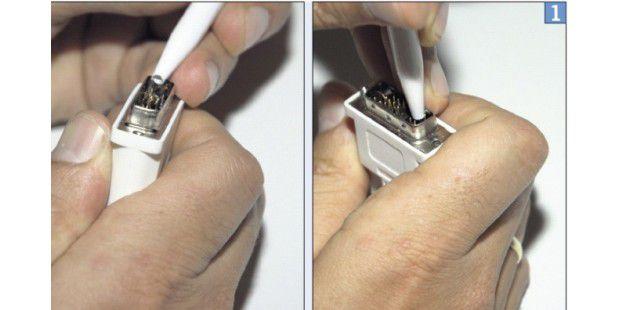 Mit einem Kugelschreiber biegen Sie krumme Steckerpins wieder gerade