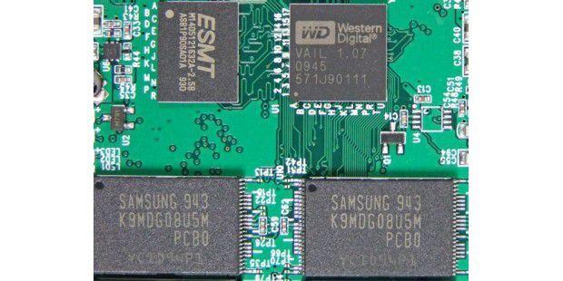 Links der Cache, rechts der Controller Jmicron 612 und unten die Flash-Chips von Samsung: Western Digital Siliconedge Blue