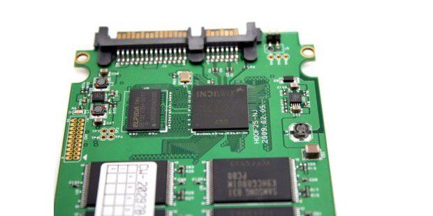SATA-300-Controller von Indilinx (oben rechts) und der benachbarte 64 MB große Cache
