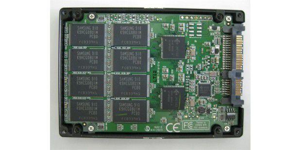 Pro Platinenseite verbaut Patriot 8 Flash-Chips auf der 128-GB-SSD Warp V3 128 GB PE128GS25SSDR3