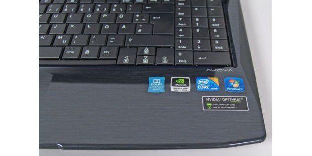 Der Aufkleber zeigt, was im Medion Akoya P6622 steckt:unter anderem die Optimus-Technik von Nvidia