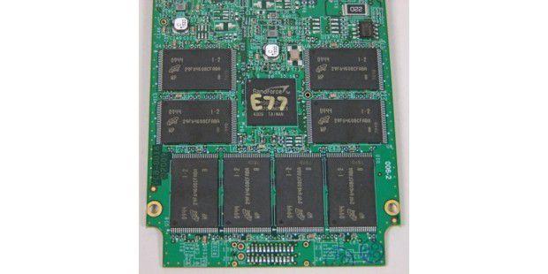 OCZ Vertex 2 Pro: Oberseite der SSD-Platine mitSF-1500-Controller und acht Flash-Chips