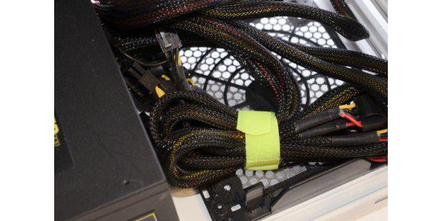 Wir nutzen einen speziellen Velcro Strap, um den Überschuss in einem kleinstmöglichen Bündel zusammenzubinden.