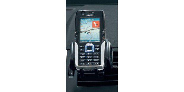 PASSABLE QUALITÄT Dank großer Farbdisplays geben Handysund Smartphones auch als Navigationssystem eine gute Figur ab – imAuto oder outdoor
