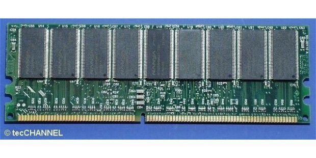 ECC-DIMM: Anders als ein herkömmliches Speichermodul benötigt das ECC-DIMM statt acht einen zusätzlichen neunten Speicherchip. In diesem Baustein werden Check-Bits zur Fehlerkorrektur abgelegt.