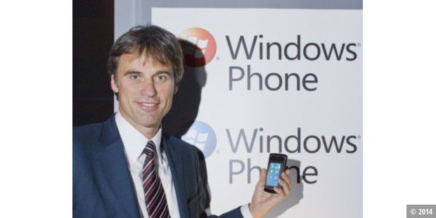 Achim Berg mit Windows Phone 7