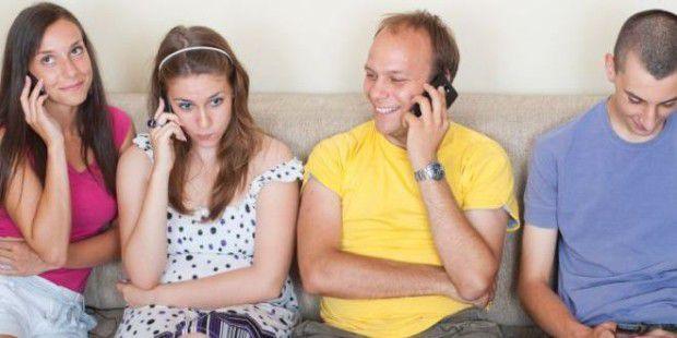Die Menschen auf dem Foto sind fröhlich beim Telefonieren, doch viele Mitmenschen fühlen sich dadurch genervt.