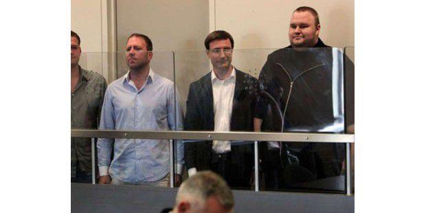 Kim Schmitz vor Gericht (rechts)