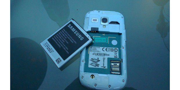 Micro-SD unter dem Akku versteckt.