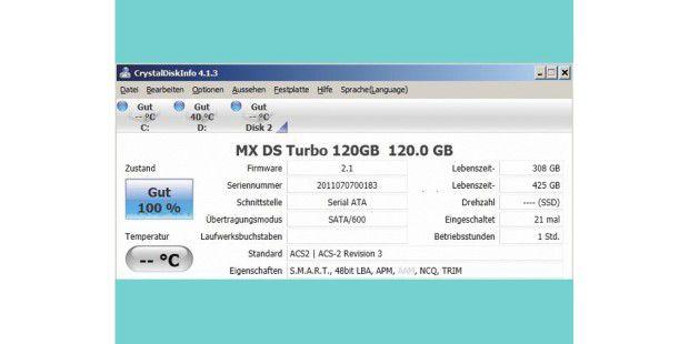 Info-Zentrale: Crystaldiskinfo verrät die Firmware-Versioneiner Flashspeicher-Festplatte, informiert aber auch über diebisher absolvierte Lese- und Schreibleistung.