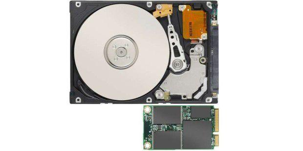 In einer SSD (unten) gibt es keine mechanischen Teile sondern nur Speicherbausteine. Bei der Festplatte (oben) sorgt der Schreib-/Lese-Kopf für verzögerte Zugriffzeiten.