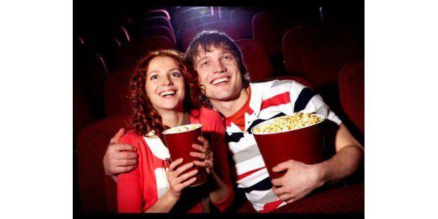 Zu zweit ins Kino gehen, macht einfach mehr Spaß. Die richtige Partnerin, den richtigen Partner dafür können Sie über viele verschiedene Dating-Portale finden.