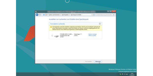 Stehen sowohl bei der Version Windows 8 als auch beiWindows 8 Pro zur Verfügung: Die sogenannten Speicherplätze(Storage Spaces), die unter anderem einen flexiblen Umgang mitexternen Laufwerken ermöglichen.