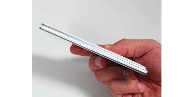 Die Haptik geht in Ordnung, denn das Gerät ist gerade mal9,1 Millimeter dick. Dazu sorgt die geriffelte Rückseite für einensicheren Halt.
