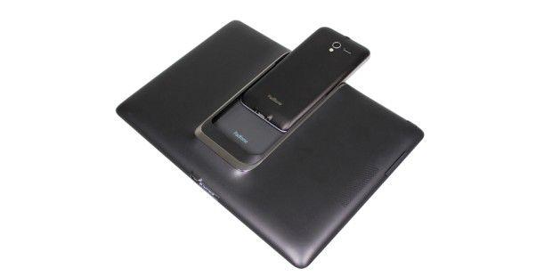 Schieben Sie das Smartphone in den Steckplatz derPadfone-Station, wird es zum Tablet.