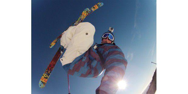 Hände frei: Egal ob Skisport, Mountainbike- oderKart-Fahren, Surfen oder sonst eine Outdoor-Aktivität. Mit einerAction-und Helmkamera lassen sich alle Aktivitäten im Videofesthalten.