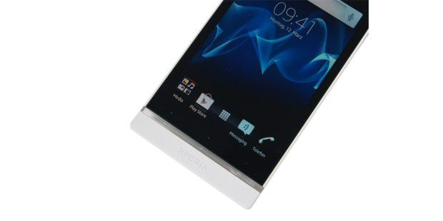 Sony Xperia S mit Design-Leiste und darüber sitzendenSensortasten.