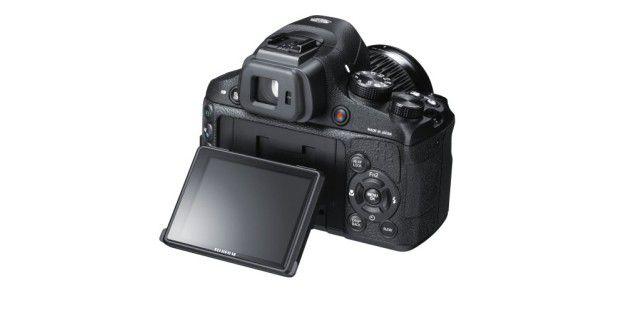 Das Display der Fujifilm X-S1 lässt sich nach vorne undoben kippen.