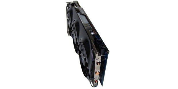 Die Gigabyte HD 7950 Windforce 3X benötigt zwei 6poligeStromanschlüsse zur Energieversorgung.