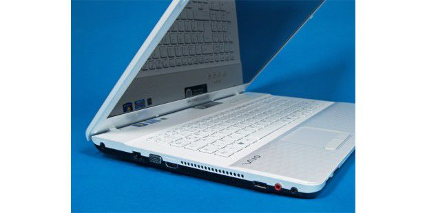 USB 3.0 fehlt dem Sony-Notebook: Links sitzt einUSB-2.0-Port, auf der rechten Seite nochmal drei.