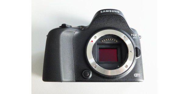 In der Samsung NX20 arbeitet ein 20,3-Megapixel-Sensor imAPS-C-Format.