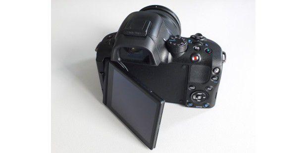Das 3-Zoll-Display der Samsung NX20 lässt sich drehen undaufklappen.