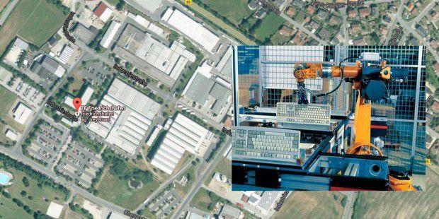 PC-WELT-Reportage: So entsteht eine Tastatur bei Cherry. LInks und im Hintergrund die Google Earth-Ansicht des Cherry-Standorts in Auerbach. Rechts im Bildaussschnitt ein Industrie-Roboter, der für Cherry in Auerbach Tastaturen fertigt.