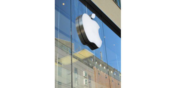 05 Apple Logo blauer Himmel