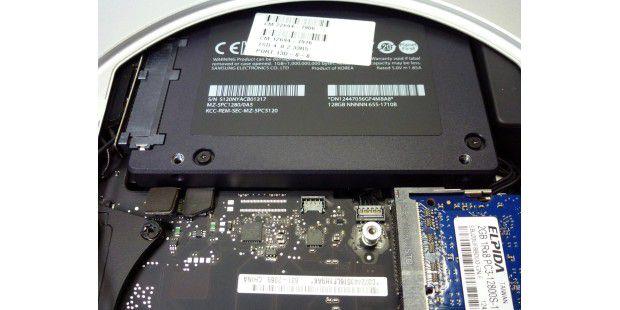 Anders als im iMac besteht das Fusion Drive im Mac Mini aus zwei handelsüblichen 2,5-Zoll-Festplatten. Die SSD kommt von Samsung, die 1 TB Platte (im Bild unter der SSD) stammt von Hitachi.