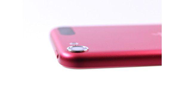 Die Kamera des iPod Touch von 2012 steht etwas hervor und hat scharfkantige Ränder. So kann man leicht empfindliche Oberflächen zerkratzen.