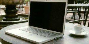 Outdoor arbeiten mit Tablet und Notebook