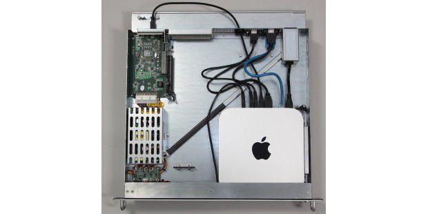 Bei geöffnetem Deckel sieht man die etwas chaotisch wirkende Innenverkabelung für Ethernet, HDMI und USB sowie die nach außen geführte Thunderbolt-Verbindung