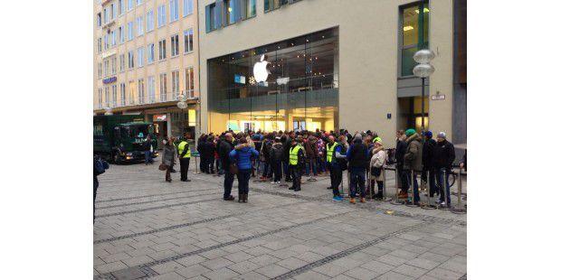 Die Schlange vor Münchner Apple Store am ersten Verkaufstag.