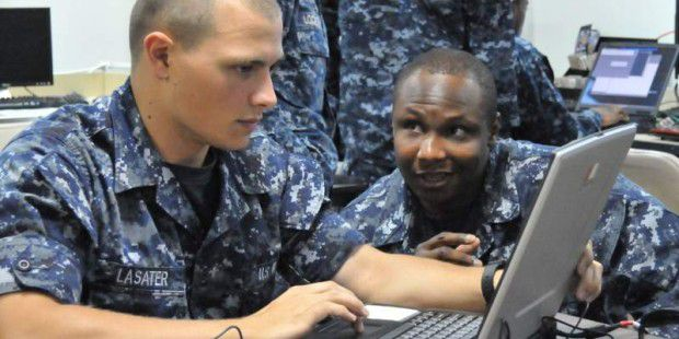 Ein IT-Offizier der US Navy im Einsatz am Space and Naval Warfare Systems Command (SPAWAR).